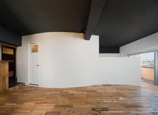 ウェーブ状の壁が創り出す柔らかい空間